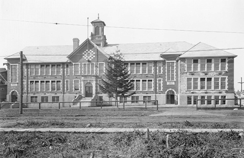 Kerrisdale school (1925) without large trees around it. When the forest was cleared, it was usually cleared quite thoroughly.